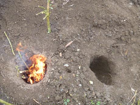 Kochfeuer Survival, Waldläufer Feuer, Grubenfeuer, gut brennendes Feuer, Tee über dem Feuer kochen