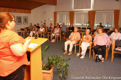 Interessiert hören die Zuhörer Anwältin Sabrina Diel zu.