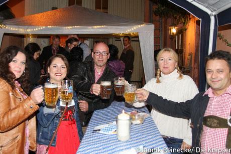 In gemütlicher Runde konnte man entspannt anstoßen und sein Maß Bier trinken.