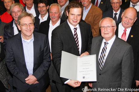 v.l. Mit einem neuen Ehrenring Klaus Mehring, Bürgermeister Thomas Goller in der Mitte  und der neue Ehrenbürger Klaus Hagemann.