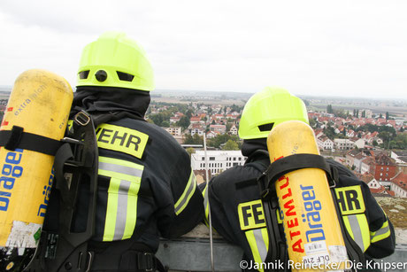 Mit oder ohne Atemschutgerät konnte man  Stufe für Stufe des Carl-Schill-Turms erklimmen.