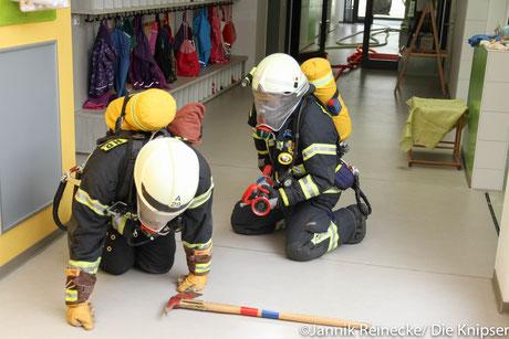 Im Gebäude waren 5 Verletzte, die man unter Einsatz von Atemschutzgeräten suchte und rettete.