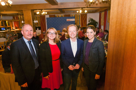 Jan Metzler (2.v.re.) wird in die Mitte genommen vom CDU Kreisvorsitzenden Adolf Kessel und den beiden Stellvertreterinnen Marion Hartmann und Stephanie Lohr (v.li.). Foto: privat