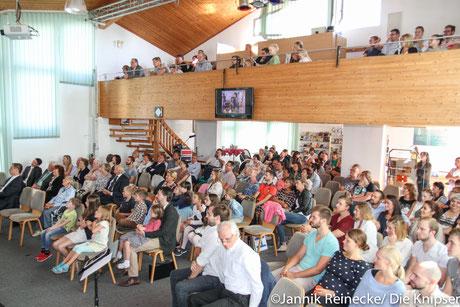 Viele Menschen waren gekommen um am Gottesdienst teilzunehmen.