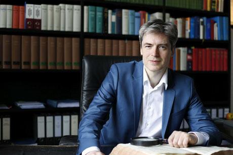 Rechtsanwalt Schiller prüft Verträge besonders gründlich