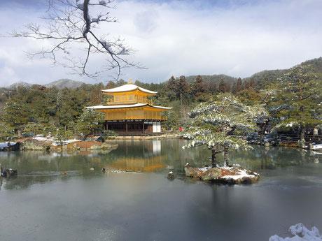 雪化粧で違った景色の金閣寺