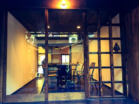 木製建具とガラスの明るい雰囲気