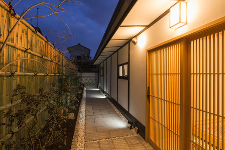 夜の玄関口