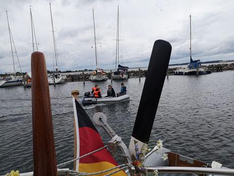 Sogar mit Gästen- Schlauchboot mit Motor