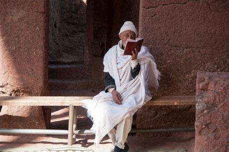 Äthiopischer Christ liest in der Bibel
