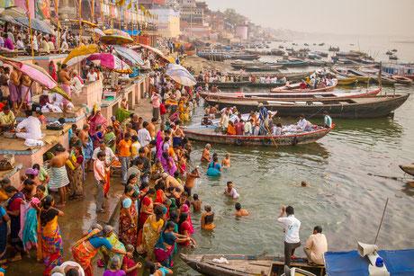 Jedes Jahr nehmen viele Millionen Inderinnen und Inder ein Bad im Ganges.