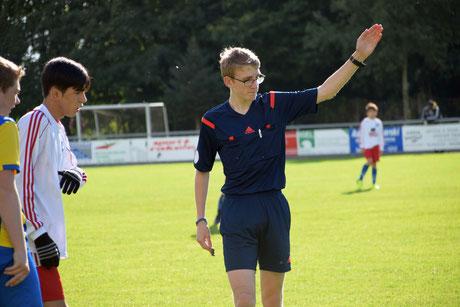 Der Jevenstedter Schiedsrichter Christian Sievers gibt die Richtung vor