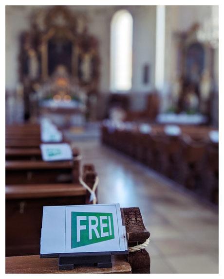 Gott ist immer für dich da - in Corona-Zeiten aber nur auf jeder zweiten Sitzreihe (St.-Gallus-Kirche in Scheidegg)