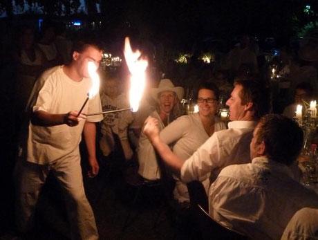 Feuershow, Walking Act, Feuershow Dortmund, Körperfeuer, Feuershow Ruhrgebiet, Wickede, Bernhard-Bauer-Park, Dinner en blanc, Feuershow Dinner en blanc, Wickede (Ruhr), Flammen, weiß