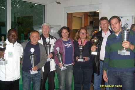 Alle Einzelsieger 2012 mit ihren Wanderpokalen: Peter Annan, Dan Nemes, Hans Graupner, Ana Lazaro, Christine Frymark, Jens Borchers & Jan Dubbel