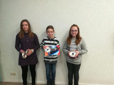 Die Gewinner sind (von links nach rechts): Lena (7. Klasse und zweite Gewinnerin), Bjarne (5. Klasse und erster Gewinner) und Antonia (5. Klasse und dritte Gewinnerin).