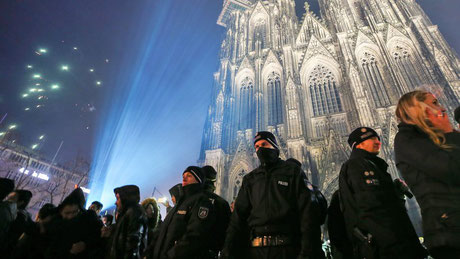 Quelle: www.zeit.de/politik/deutschland/2017-01/silvester-koeln-polizei-polizeieinsatz-politiker-empoert-kritik-simone-peter