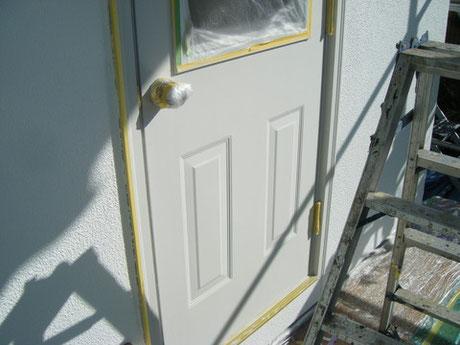 熊本県H様家の勝手口おしゃれドア塗り替え。海外ドラマに良く出てくるおしゃれ輸入ドア塗装完成。