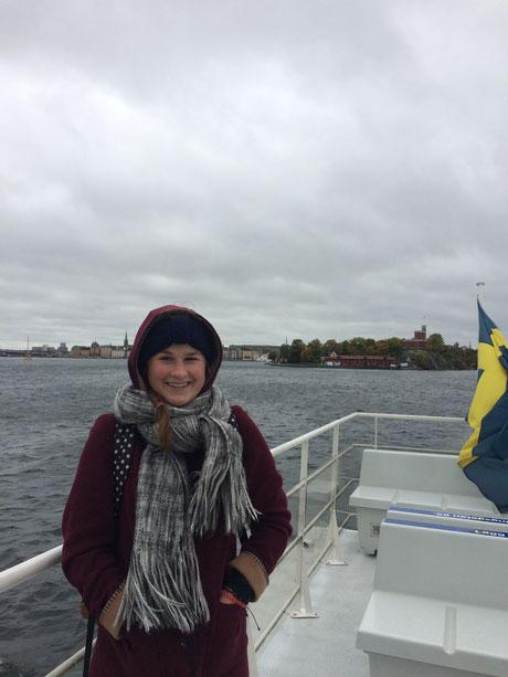 Miriam Schmelz bei einer Bootsfahrt in Stockholm