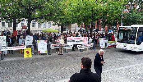 Der Stader Bus boller Gegner der Strabs vor dem Landtag in Hannover