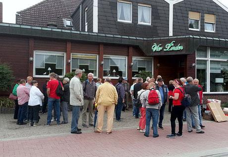 Die Strabsgegner sammeln sich vor dem Hotel Vier Linden zur Anhörung in Hannover