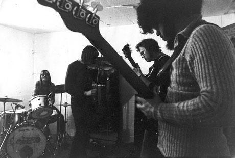 Embryo aus München war eine der ersten Bands, die Jazz und Rock mit der Musik fremder Kulturkreise mixte. Hier ein Bild aus dem Jahr 1971. Foto: Sammlung Christoph Wagner