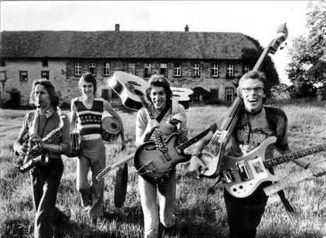 Die Band Kraan Mitte der 70er-Jahre vor dem Hofgut Wintrup. Aufgrund der Abgeschiedenheit konnte die aus Ulm stammende Band dort rund um die Uhr proben. Es zahlte sich aus, denn heute hat Kraan Fans rund um den Globus. Foto: Hinterland-Archiv