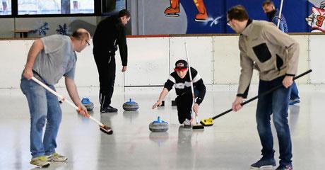 26.03.2017 - Aschaffenburg, Eissporthalle – Schnupperkurs Curling. Foto: Ralf Hettler