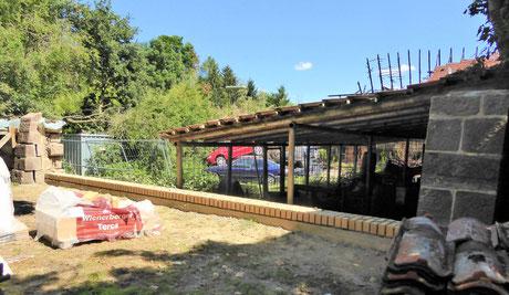 Kompletter Rückbau eines beschädigten Mauerteils und Aufbau des Wandfußpunktes mit abschließenden Lehmformsteinen