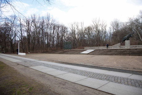 Probeaufstellung eines 1:1 Modells zur Verdeutlichung der Größenverhältnisse und des Abstands zur Denkmalanlage