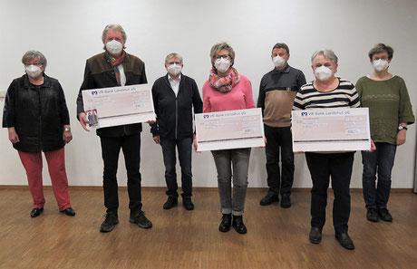 Die Vertreter der drei Vereine bei der Spendenübergabe.  Text und Foto: Nepalhilfe-Aham