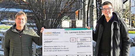 Einen symbolischen Scheck überreichte Steuerberater Martin Huber (r.) an den Vorsitzenden Alois Fruth von der Elterninitiative Intern 3.  Foto: TP