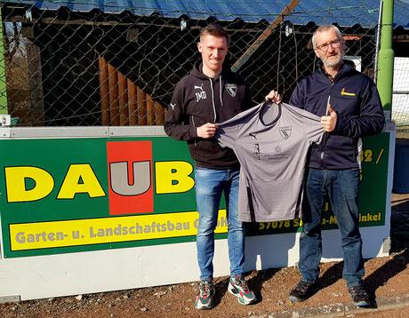 Jan Michel Daub (Spieler und Vorstandsmitglied SSV Meiswinkel) freut sich mit seinem Vater und Sponsor Michael Daub (Daub Garten-und Landschafsbau GmbH) über den neuen Trikotsatz für die Erste Herrenmannschaft