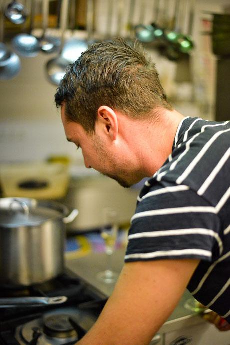 Fooddesigner bei der Arbeit... Das Einkaufen, Vorbereiten und Anrichten gehört ebenso zu den Aufgaben wie die Tätigkeit als Mietkoch!