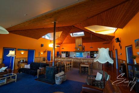 Simply Picture-New Zealand-Südinsel-Oamaru-BBH Hostel-Old Bones Lodge-Aufenthaltsraum mit Küche und gemütlichen Sofas