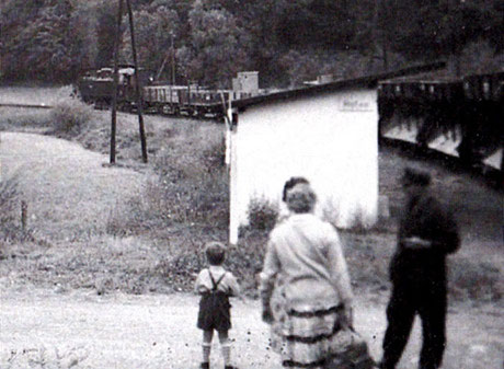 Zug Richtung Hintermeilingen hält in Hofen
