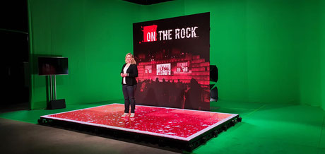 Moderatorin Henrike Tönnes präsentiert das virtuelle Studio von Faber Audiovisuals für die on the rock Group