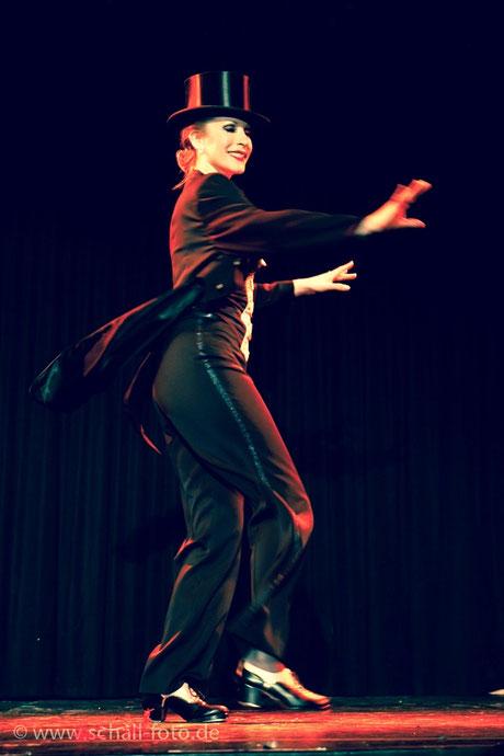 Steptänzerin, Steptanzlehrerin und Studioleiterin Silvia Plankl aka Dixie Dynamite ist tatsächlich ein waschechte Bayerin. Mit bayrischen Steptanzeinlagen überrascht sie regelmäßig die Zuschauer ihrer Steptanz-Auftritte. Tap Dance studio Munich Germany