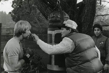 ©Steve Carver, mit Chuck Norris am Set von Der Gigant