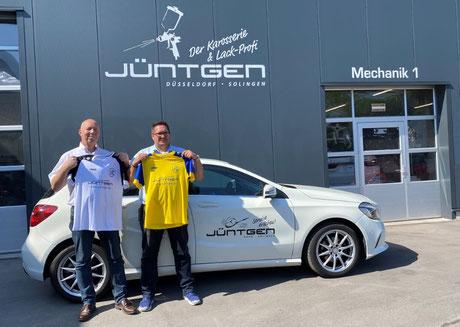 Jörn Moldenhauer (rechts) und Peter Deutzmann präsentieren die neue Arbeitskleidung der ersten Mannschaft.