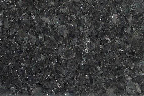 Ein Naturstein namensWolga Blue, der ist dunkelblau-grün mit reflektierenden Kristallen