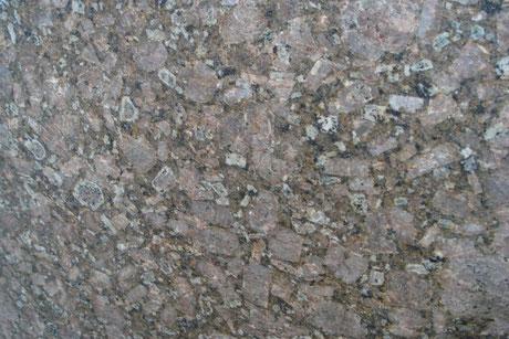 Ein Granit namens Atlantic Brown,. Farblich Braun bis Grau und hat einen gepunktetetStruktur