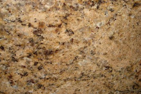 Ein Naturstein namens Giallo Veniziano, Bräunlich gefärbt mit schwarzen einschlüssen