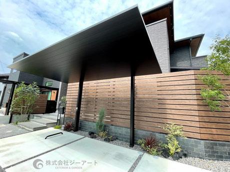 広島市佐伯区 スタイリッシュなカーポートSC 木目調フェンス+植栽でオシャレに目隠し