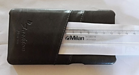 Eine Tasche der tinxi PU Kunstleder Handyhülle ist 6,5cm tief