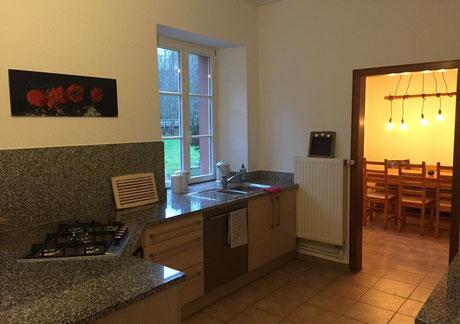 Die Küche mit Blick ins Esszimmer