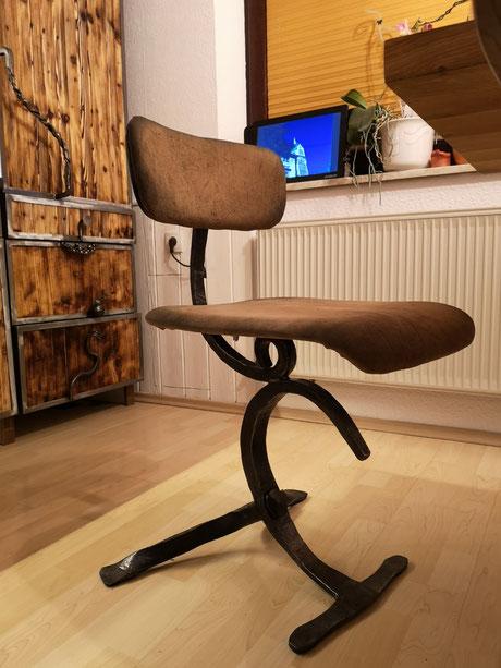 Geschmiedeter Stuhl für die Küche. Gefertigt ist der Stuhl aus 40mm Vierkant-Stahl, verleimtem Mehrschichtholz und edlem Leder.