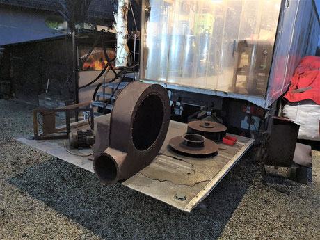 Zerlegter Rauchgaslüfter, bereit für den Einbau im Rauchfang über den Schmiedeessen der Telchinen-Schmiede.