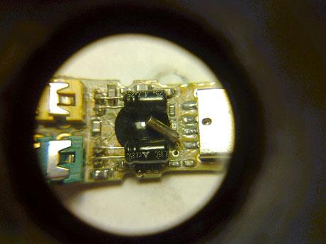18 Detalle de los condensadores montados. Al ser pequeños, el cuarzo entra