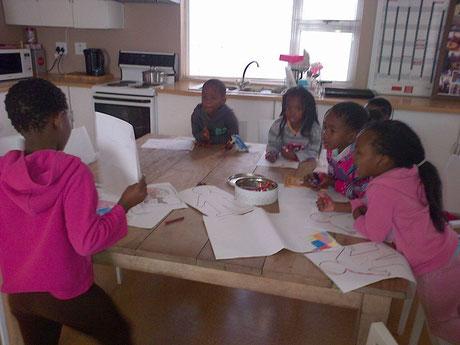 Die Kinder bereiten sich auf die Schularbeiten vor